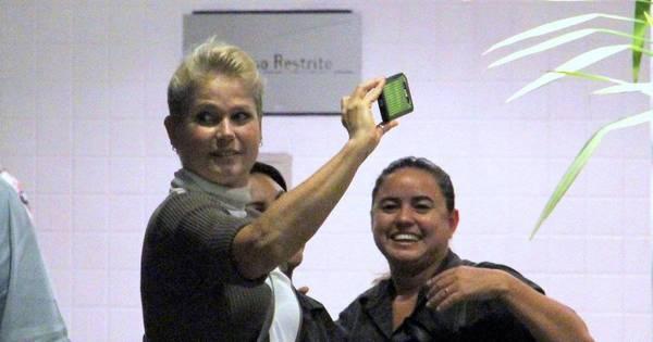 Xuxa vai ao shopping e tira selfie com fãs - Fotos - R7 Famosos e TV