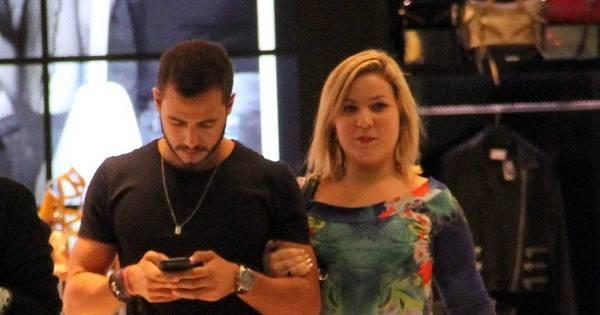 Ex-BBBs Cacau e Matheus curtem tarde de compras no Rio de ...