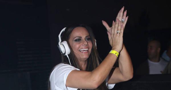 Ao lado do noivo, Viviane Araújo ataca de DJ em balada gay, em ...