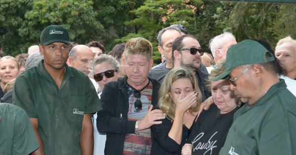 """Comoção marca enterro de Cauby Peixoto: """"Não quero nunca dizer ..."""