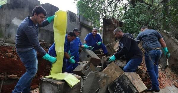 Muro de cemitério desaba e ossadas vão parar no meio da rua em SP