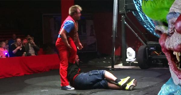Palhaço quase mata voluntário durante truque circense! - Notícias ...