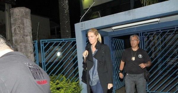 Ana Hickmann presta depoimento à polícia após sofrer tentativa de ...