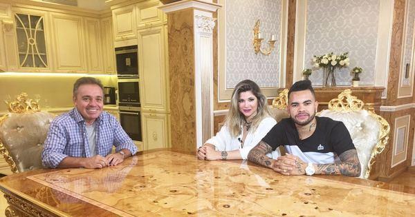 Na Ucrânia, Gugu entrevista o jogador de futebol Dentinho e sua ...