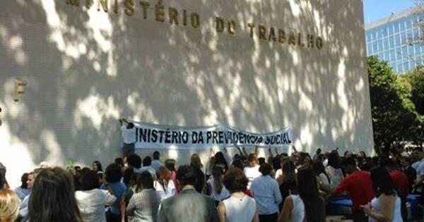Aposentados e servidores protestam contra o fim do ministério da ...