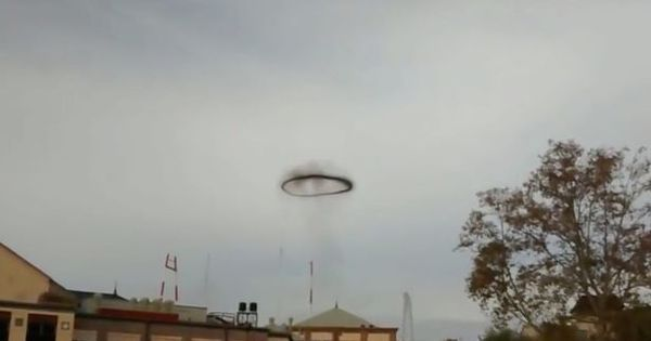 Disco voador? Imagens bizarras mostram objeto estranho flutuando ...