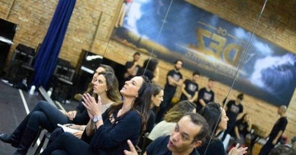 Carla Cecato convida o público a assistir a Os Dez Mandamentos ...