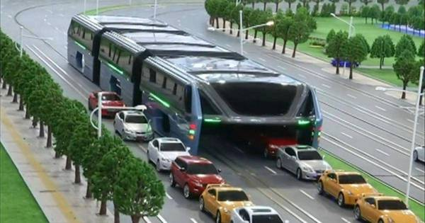 'ônibus do futuro', que leva 1.200 pessoas e trafega sobre carros