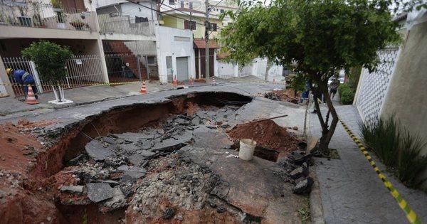 Adutora rompe e abre cratera de dez metros na zona oeste de SP ...