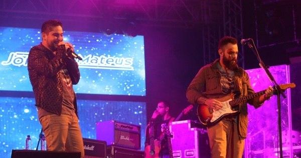 Fãs entregam mensagens de amor para Jorge e Mateus durante show