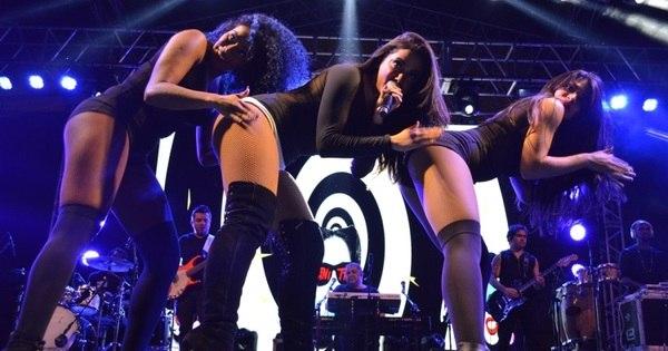 Anitta faz dança sensual e enlouquece fãs em Goiânia. Veja fotos ...