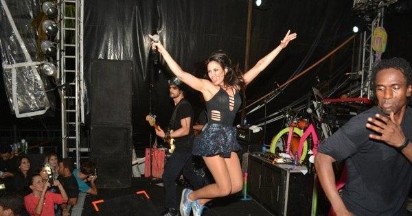 Pulando muito, Alinne Rosa anima público em show em Recife ...