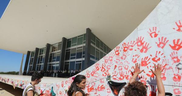Manifestantes fazem protesto contra cultura do estupro em Brasília ...