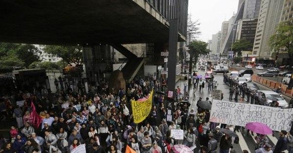 Docentes e servidores de universidades protestam em São Paulo ...