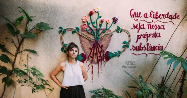 Artista troca grafite por crochê e espalha mensagens feministas por ...