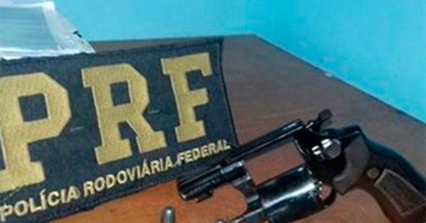 Mulher é presa com arma após tentar fugir da polícia na Bahia ...