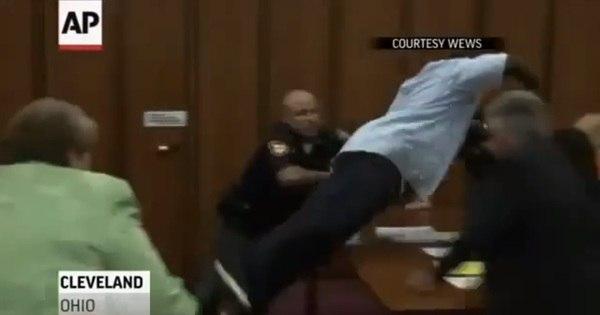 Homem ataca assassino de filha em tribunal nos EUA - Notícias ...