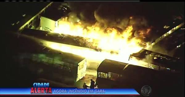 Incêndio de grandes proporções atinge garagem de ônibus no DF ...