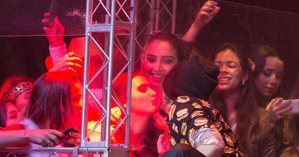 Solteiro, Luan Santana simula beijo na boca de fã - Fotos - R7 Pop