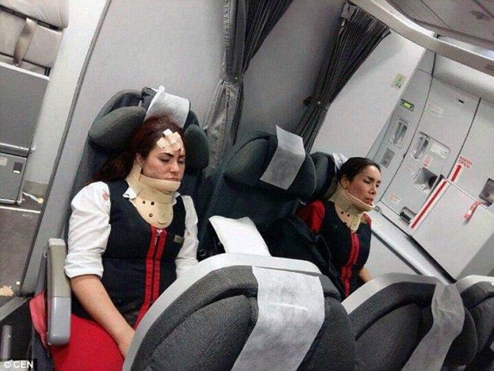 — Foi um milagre sobreviver.Passageiros relataram terror a bordo de um avião que passou forte turbulência neste sábado (4), quando voava de Lima, no Peru, a Buenos Aires. As informações são do Daily Mail