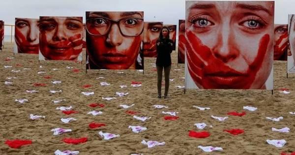Copacabana tem 420 calcinhas espalhadas na areia em ato contra ...