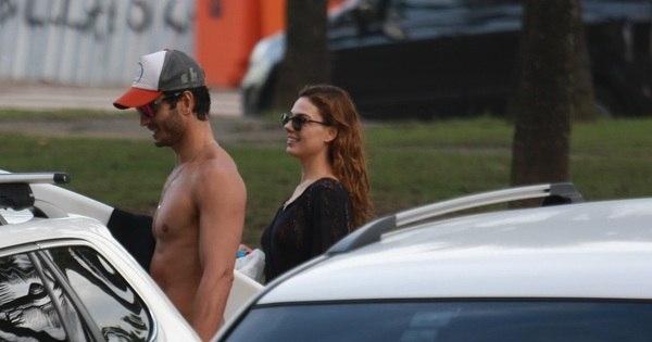 Isis Valverde é só sorrisos ao deixar praia com o namorado no Rio ...