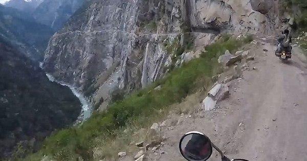 Motociclistas se arriscam na estrada mais perigosa do mundo ...