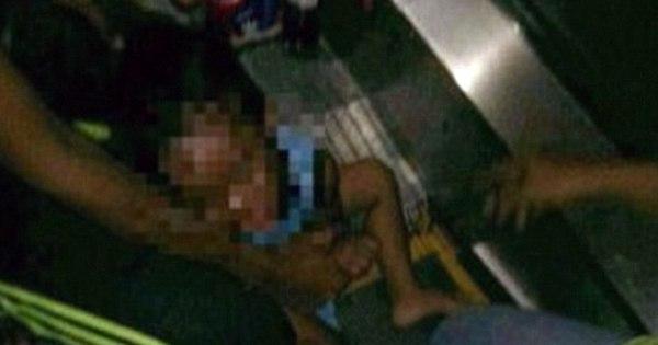 Criança senta em degrau de escada rolante e tem órgão sexual ...