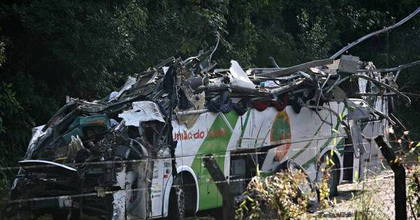 Laudo conclui que ônibus de acidente que matou 18 estava acima ...