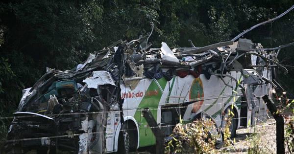Vítimas de acidente de ônibus na Mogi-Bertioga são sepultadas ...