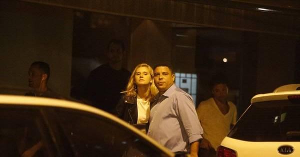 Ronaldo e a namorada são vistos saindo de restaurante no Rio de ...