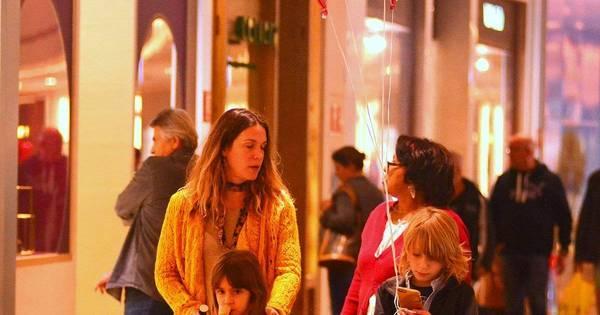Vanessa Lóes curte passeios com os filhos em shopping carioca ...