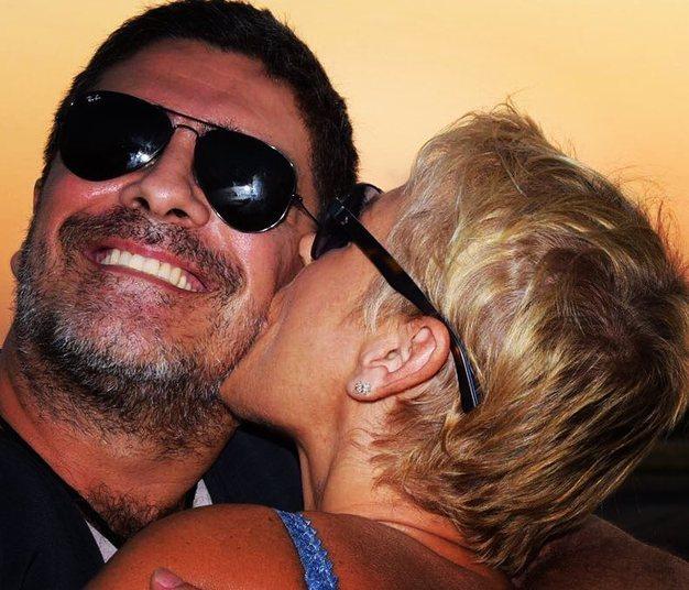 Xuxa não esconde o amor que sente por Juno. No Dia dos Namorados, a apresentadora usou as redes sociais para se declarar para o amado.— Ju, hj é mais um dia pra te dizer TE AMO, teu cheiro , teu beijo, tua musica nos meus ouvidos... Teu carinho é um presente precioso
