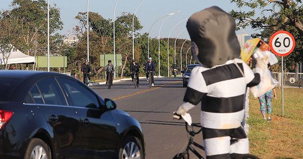 Durante pedalada matinal em Brasília, Dilma 'foge' de pixuleco ...