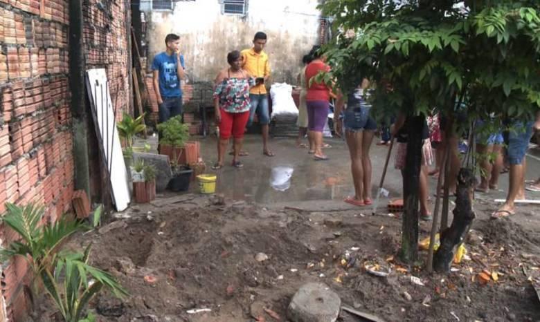 Os policiais encontraram o corpo da menina e o levaram até o IML (Instituto Médico Legal). Revoltados, os vizinhos depredaram a casa