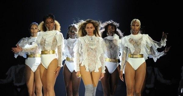 Beyoncé quebra cenário de show e não segura a risada ...