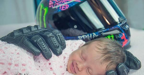 Bebê sorri enquanto dorme entre as luvas do pai morto e emociona ...