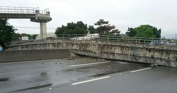 Caminhão derruba passarela e fecha trânsito na Rio- Santos ...