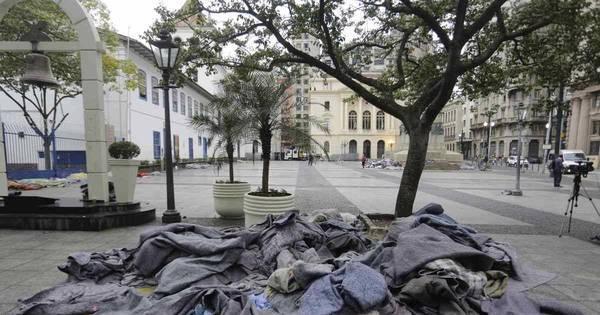 Doações enchem ruas do centro de SP de cobertores - Notícias - R7 ...