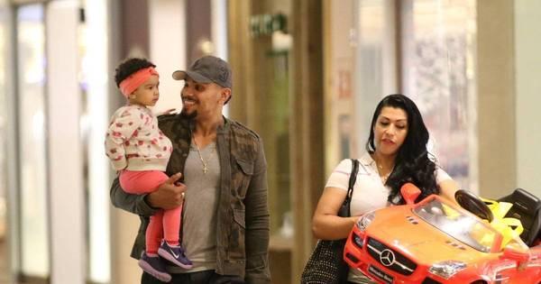 Naldo e Mulher Moranguinho passeiam com a filha em shopping ...