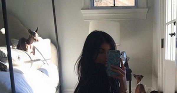 Após quase ter a casa invadida por fã, Kylie Jenner posa de calcinha