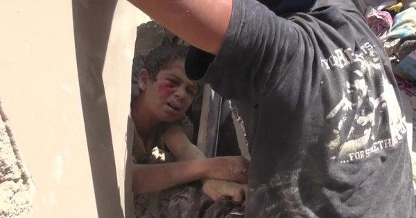 O dramático resgate de menino sob escombros após bombardeio ...
