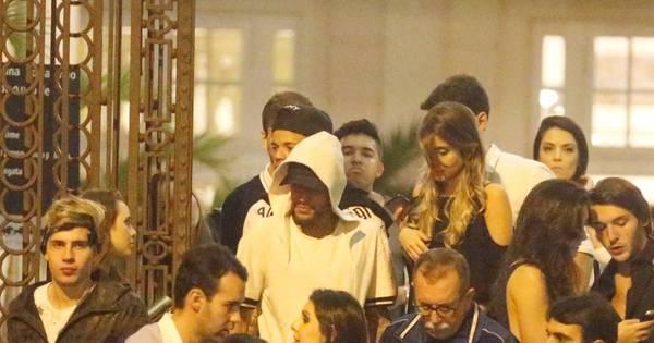 Neymar causa tumulto em saída de balada em São Paulo - Fotos ...