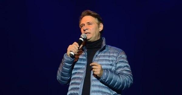 """Nelson Freitas cai do palco durante apresentação: """"Todo mundo riu ..."""
