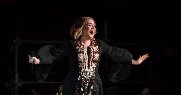 Adele faz show para mais de 100 mil pessoas no festival ...