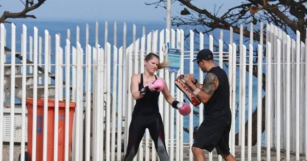 Susana Werner faz treino de muay thai no calçadão do Rio de Janeiro