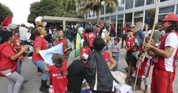 Manifestantes ocupam prédio do MEC e pedem melhorias para ...