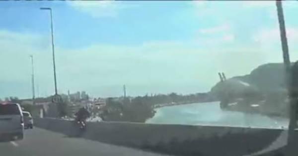 Motociclista bate em carro e cai de ponte de 12 m de altura na Barra ...