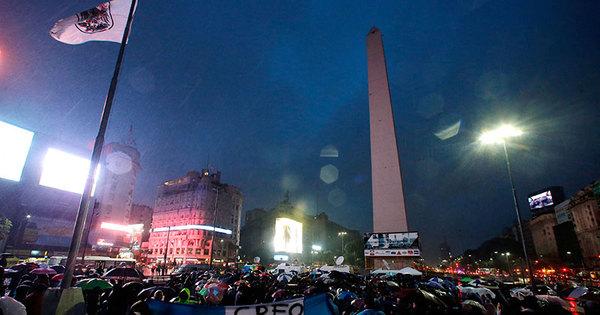 Sob chuva e frio, multidão vai às ruas de Buenos Aires para pedir ...