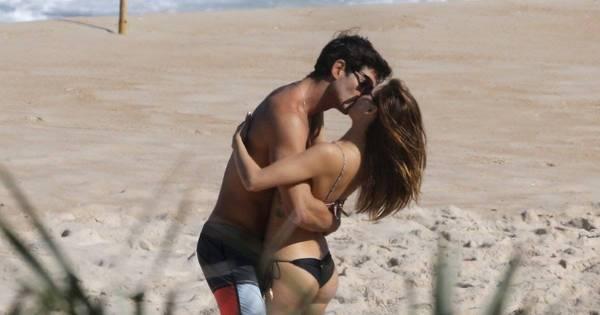 Isis Valverde beija muito novo namorado em dia de praia - Fotos ...